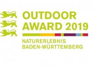 das Logo des Outdoor Awards Naturerlebnis Baden-Württemberg 2019 mit grünen Buchstaben und bunten Balken